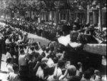 Barcelonan asukkaat kannustavat rintamalle meneviä miliisejä.