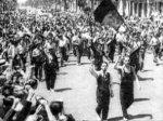 Juhlivia työläisiä marssimassa Barcelonan kaduilla heidän kukistettua armeijan kapinan kaupungissaan.