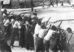 Työläisiä barrikaadeilla. Kuva jossa vanha sosialistinen ihanne aseistetusta kansasta on muuttunut todelliseksi.