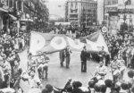 P.O.U.M.:in (Marxilaisten yhtenäisyyden työläisten puolueen) marssi.  P.O.U.M. oli yksi tai ehkä ainoa selkeästi antistalinistinen marxilainen puolue, joka saavutti joukkojen kannatusta, sen sijaan että se olisi ollut rajattu älymystön pariin.