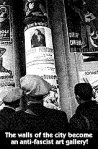 Ihmisiä lukemassa antifasistisia julisteita