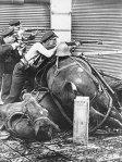 Aseistautuneita työläisiä barrikaadilla.