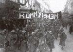 """Sotilaita jotka kantavat banderollia jossa lukee """"Kommunismi"""""""