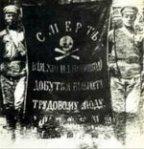 Kaksi makhnovtsinan sotilasta pitää makhnolaisten lippua