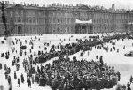 Mielenosoitus talvipalatsin edessä helmikuussa 1917