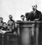 Lenin esittää Huhtikuun Teesejä.